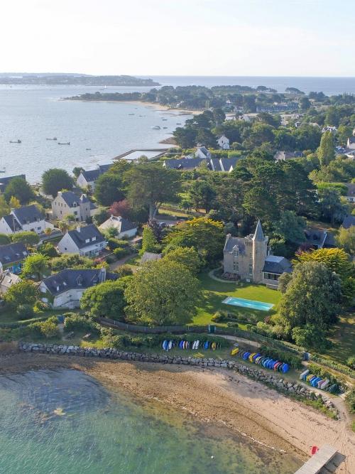 Photo aérienne par drone d'une demeure de caractère avec vue sur le Golfe du Morbihan  - © FlyUp Drone