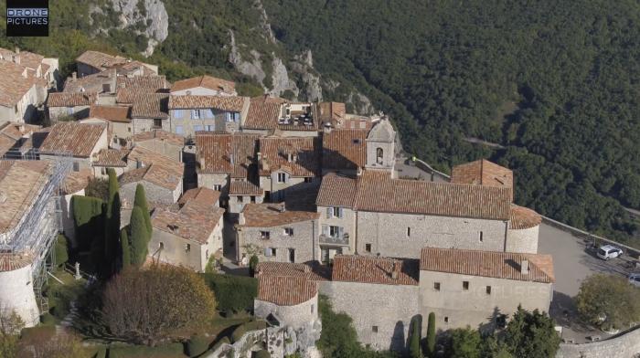 Vue aérienne du village de Gourdon, Alpes-Maritimes, prise de vue par drone © Drone-Pictures Marseille