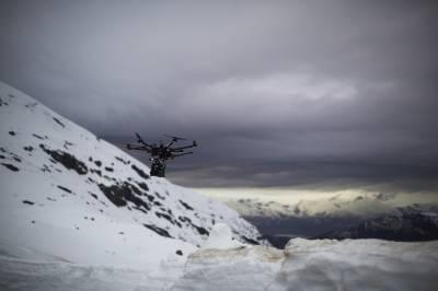Vol d'un drone hexacoptère en hiver, en Norvège