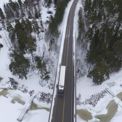 Photographie aérienne par drone d'un camion Renault Trucks sur une route enneigée en Norvège